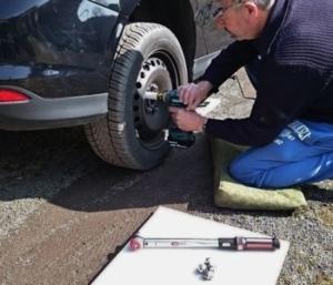 Foto vom Makita DTW285RTJ Akku Schlagschrauber beim Reifenwechsel